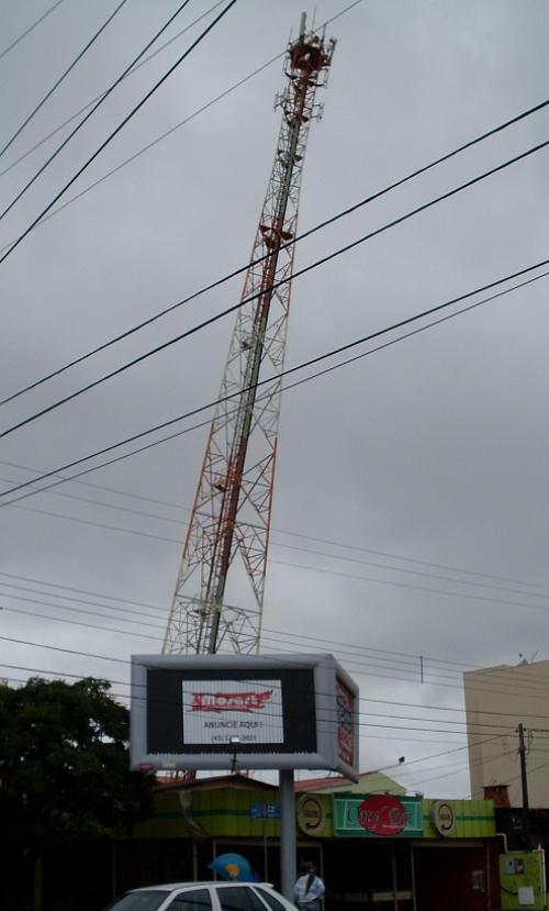 Silviana Comeli/Bonde Rep�rter - Torre da Telepar, perto da universidade Unipar: casas pr�ximas foram evacuadas