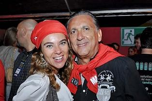 Galvão Bueno arma barraco e joga champagne na esposa