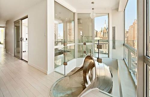 decoracao de interiores de casas de luxo:Apartamento de luxo troca escada por escorregador – Casa e Decoração