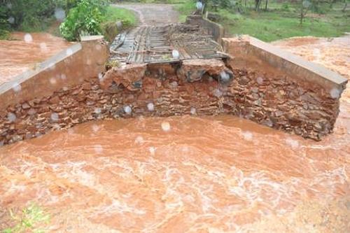 Divulgação - Grande parte da ponte foi levada pela forte chuva