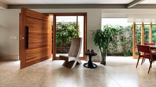 Portas pivotantes s o modernas e ocupam menos espa o for Portas de apartamentos modernas