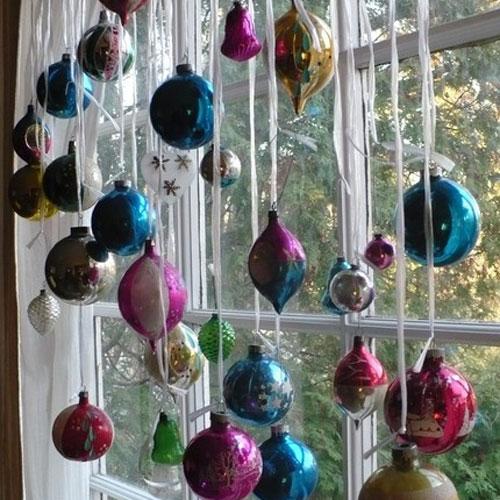 Resultado de imagem para bolas de natal na janela