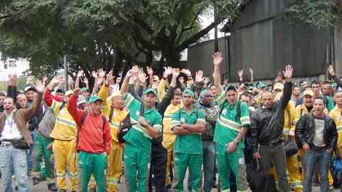 Divulgação/Siemaco - <i>Trabalhadores da Cavo em assembleia. Eles pedem reajuste de 20% nos salários</i>