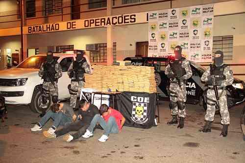 Cabo Manoel Gomes/PMPR - <i> Droga estava escondida em uma caminhonete, que tinha alerta de roubo</i>