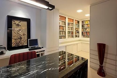 Josmar Bragança - <i>Projeto de Estela Netto: a prateleira planejada recebeu portas de vidro para proteger os livros da poeira</i>