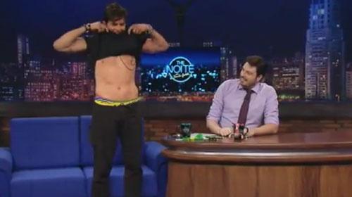 Dr. Rey tira a roupa no programa de Danilo Gentili - The