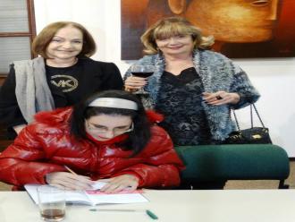Foto de Arrieta Rangel de Abreu - Luciana do Rocio Mallon autografando o livro.