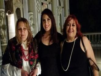 A querida poeta Juliana Erthal prestigiando as autoras Carla Ramos e Maria Imaculada Lorenci.