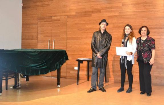 Maria Sampaio recebe Certificado de Honra ao M�rito - Jovem Escritor de m�os de Carlos Zemek.
