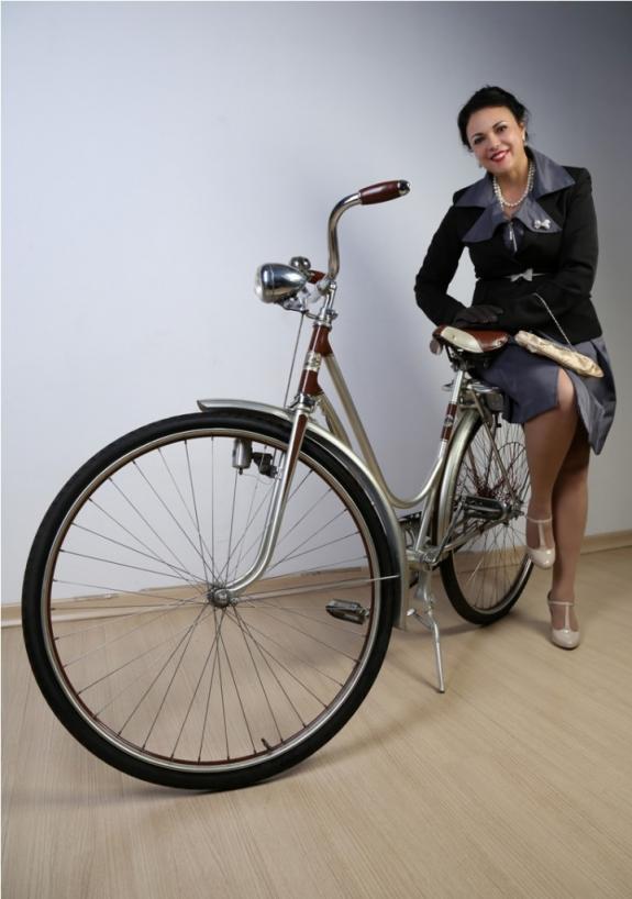 Foto de Evinha Brito. - A curadora da iniciativa Katia Velo com modelo de 1942