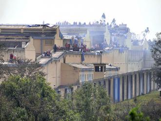 Agentes penitenci�rios aprovam greve ap�s s�rie de rebeli�es