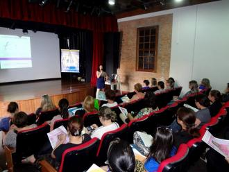 A professora e artista pl�stica Katia Velo palestrando.