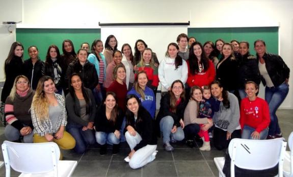Ao centro, Katia Velo e alunas do Curso de Pedagogia Famec/Fiep.