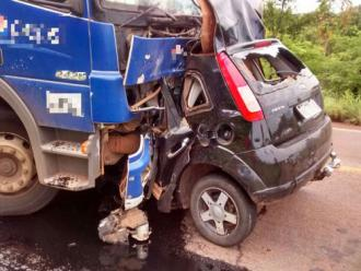 Colis�o frontal entre carro e caminh�o mata jovem de 18 anos