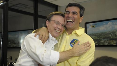 Gina Mardones/Equipe Folha - Na foto, Belinati abraça Kireeff logo após o resultado do primeiro turno das eleições de 2012