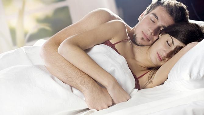 Posi��o em que o casal dorme diz muito sobre a rela��o; saiba mais