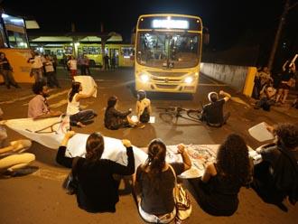 Manifestantes bloqueiam sa�da de �nibus do Terminal Urbano em protesto