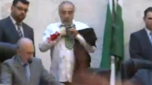 Reprodução - Deputado mostra o ferimento do braço no plenário da Alep