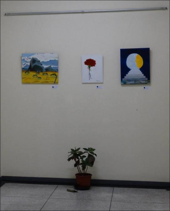 Um quadro de Claudia Agusti e quadros O Cravo e as Faces do Sol e da Lua de Vanice Ferreira.