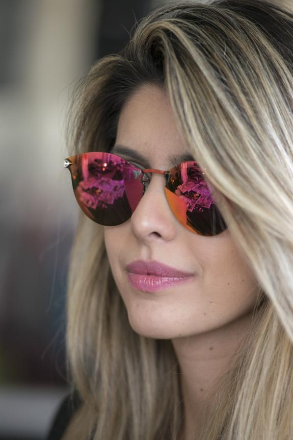 d792fbf560ca6 Foto  Divulgação Gabriel Teixeira A blogueira Carol Tognon com óculos  espelhado rosa