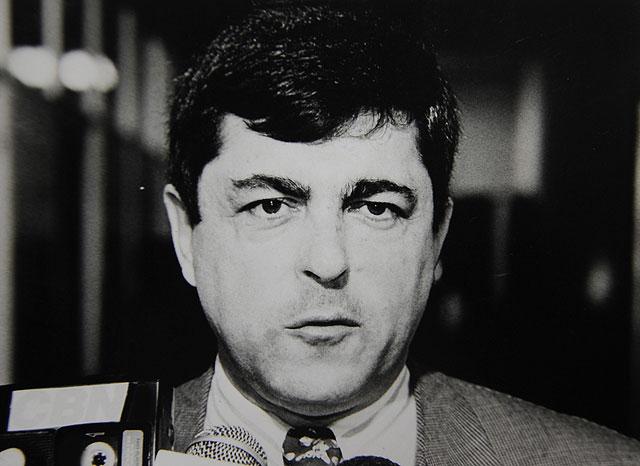 """Arquivo/Folha de <a href='/tags/londrina/' target='_blank'>Londrina</a>""""/><figcaption>Imagem: Arquivo Folha de Londrina</figcaption></figure>    <p> Foi o escândalo que originou a cassação do prefeito Antonio Belinati. Através de denúncia da vereadora Elza Correia, o Ministério Público apurou  que o esquema AMA/Comurb operava com recursos desviados da venda de 45% das ações da Sercomtel, em 1998. O esquema funcionava com notas frias e carta-convite feito a empresas. Existiam vários serviços que foram utilizados fraudulentamente. A maior parte dos diretores da imprensa da cidade recebiam proprina para não noticiar. A maior parte dos processos daquela época prescreveram grandes punições aos envolvidos. O dinheiro nunca foi devolvido. </p>    <p> <strong>Cassação de Antonio Belinati –2000</strong></p>    <div class="""