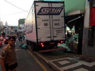Caminhão desgovernado atinge marquise de loja no centro de Londrina