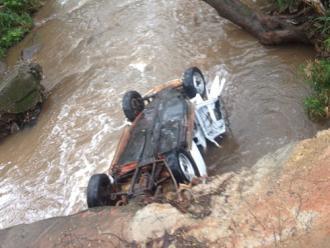 Carro cai dentro de c�rrego na regi�o central de Londrina; assista!
