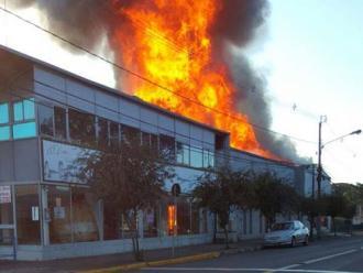 Pr�dio de antiga concession�ria � destru�do por inc�ndio