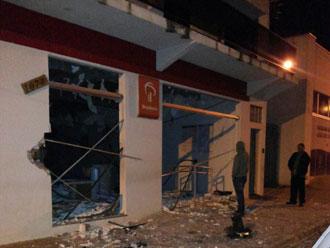Criminosos atacam tr�s bancos na madrugada