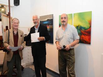 Miguel Francisco Facioli recebe o Certificado de participa��o na mostra.