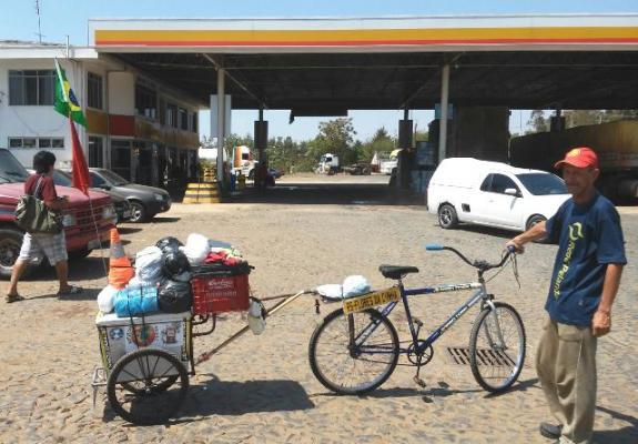 Divulgação/Auto Posto Locatelli - Osvaldo e a bicicleta muito simples com carrinho de vender sorvete servindo de carreta