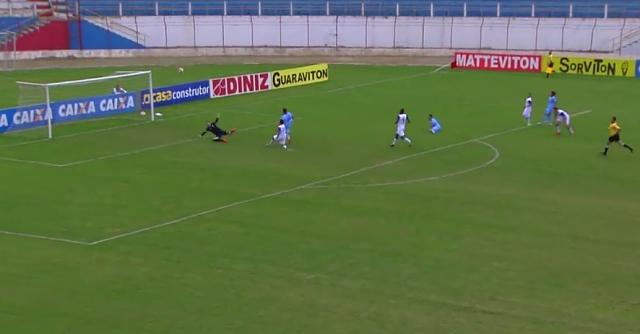 Reprodução/Esporte Interativo - Rafael Gava desperdiça gol incrível contra o Guaratinguetá