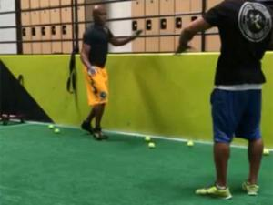 Anderson Silva faz treino de equil�brio com bolinhas de t�nis; veja!
