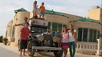 Casal com quatro filhos viaja o mundo h� 15 anos em um carro de 1928