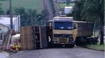 Caminh�o carregado n�o consegue subir ladeira e tomba na regi�o de Londrina
