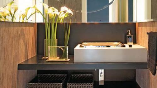 Lavatório do lado de fora do banheiro cria ambiente funcional e acolhedor  L -> Pia De Banheiro Do Lado De Fora