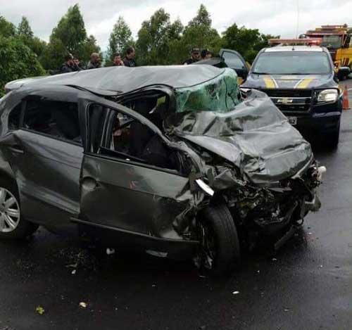 Divulgação/PRF - Com a batida, o carro ficou completamente destruído