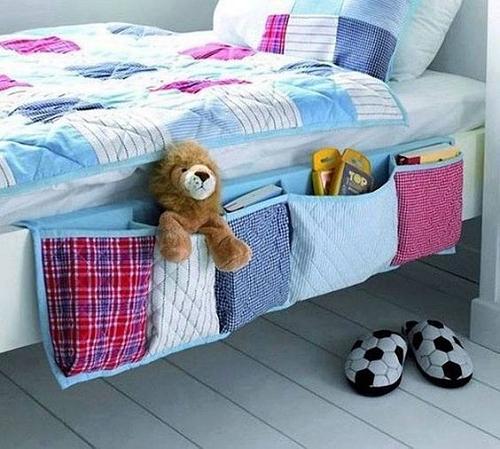 Reprodução/Casa Pop - Livros sempre à mão: ideia criativa de porta-trecos instalado à beira da cama