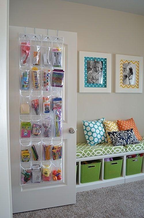 Reprodução/Buzzfeed - O espaço atrás das portas pode ser usado para pendurar um grande porta-trecos, com capacidade para armazenar diversos itens.