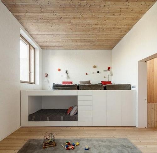 Reprodução/Archdaily - Explore a altura das paredes: aproveite o pé-direito alto e construa uma cama funcional para dois