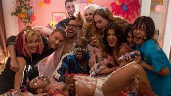Elenco de s�rie da Netflix grava cenas na Parada do Orgulho LGBT; confira os v�deos