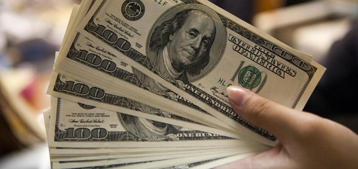 Dólar fecha abaixo de R$ 3,30 pela primeira vez em um ano