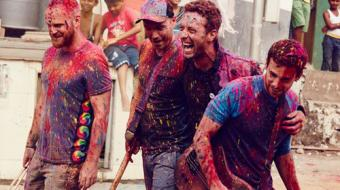 Filhos do vocalista do Coldplay cantam com pai e encerram Festival Glastonbury
