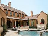 Empresa americana cria placas fotovoltaicas que 'se camuflam' no telhado