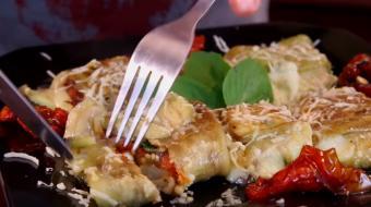 Berinjela caprese recheada com tomate seco e queijo rende acompanhamento delicioso