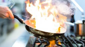 Saiba mais sobre a arte de flambar alimentos e acerte no preparo daquele prato especial