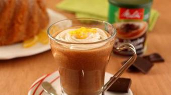 Cappuccino de chocolate com toque de laranja para aquecer os dias frios