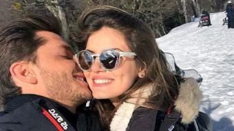 Camila Queiroz e Klebber Toledo postam fotos juntos em Bariloche