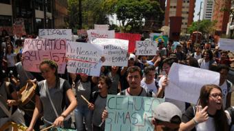 Alunos da rede estadual protestam contra reforma do ensino m�dio em Londrina