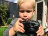 Homem deixa c�mera profissional nas m�os do filho pequeno e resultado � incr�vel